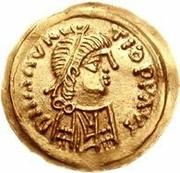 1 tremissis Au nom de Maurice Tibère, 582-602 (Victoire au visage brut et aux casque-cheveux; bande incurvée en haut) – avers